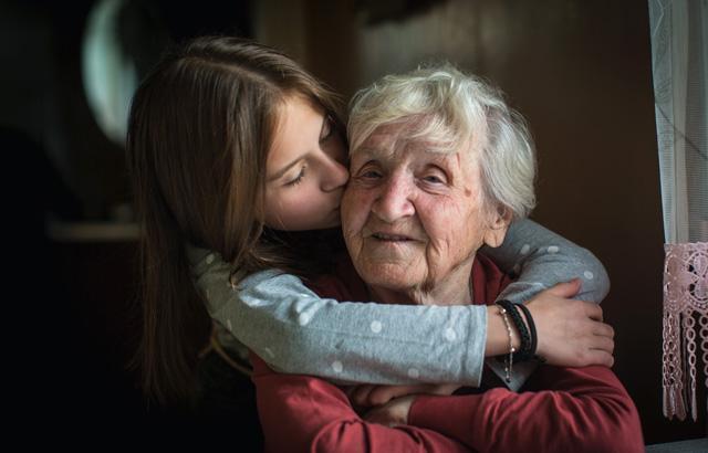 Imagem mostrando uma senhora com sua neta demonstrando carinho